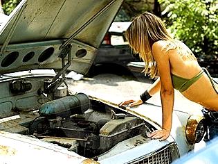 エンストした車と女
