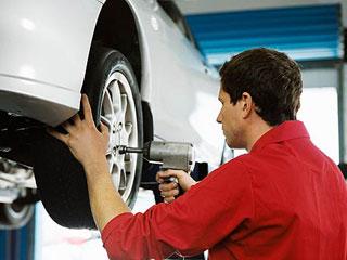 タイヤを見る整備士