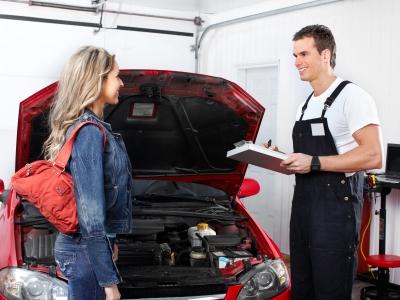 車の説明をする整備士