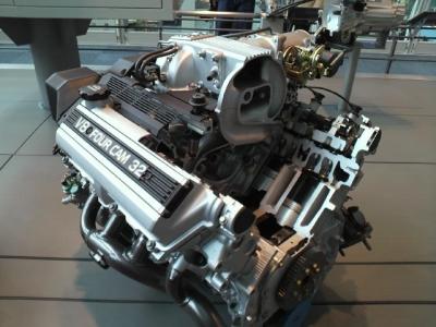 V型8気筒エンジン