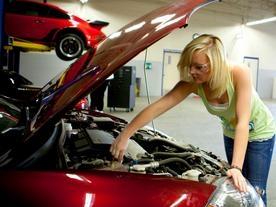 車を修理する女性