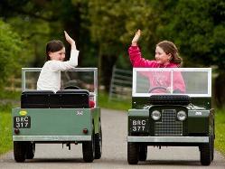 車に乗る子ども