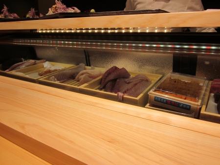 八新寿司_カウンター内の魚たち-3