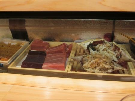 八新寿司_カウンター内の魚たち-1