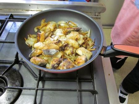 鮭と野菜を混ぜて炒め中