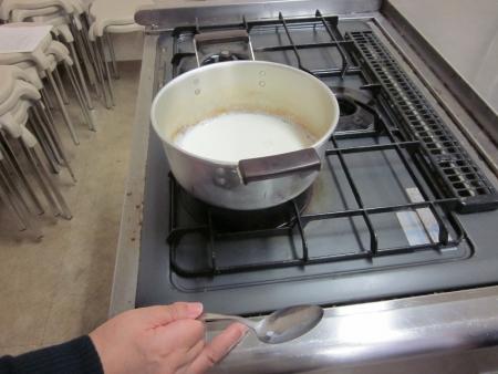 ミルクを温めています