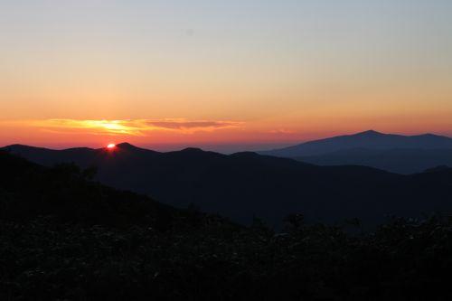 夕日と森吉山