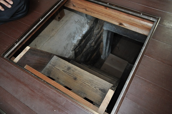 WHAT IS JAPAN   - 日本再発見の旅 --地下石室 入口