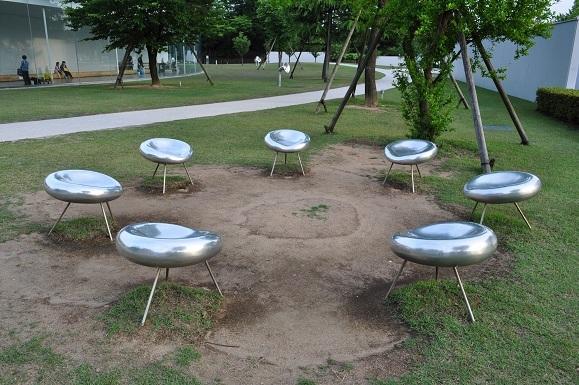 WHAT IS JAPAN   - 日本再発見の旅 --屋外の椅子