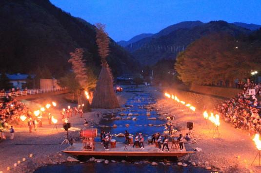 多摩源流祭り 夜の部 松明に火をつける