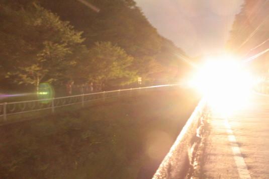 一色ホタル 車のライト