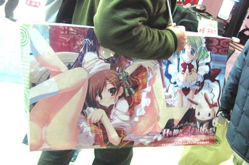 東京都の規制はコミケ客が電車の中でエロ紙袋見せびらかすのが原因と判明!