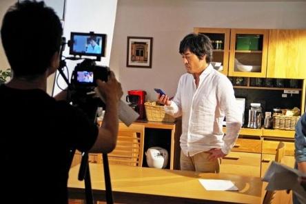 【動画】「クレヨンしんちゃん」初の実写CMが公開!主演はひろし役の藤原啓治さん!