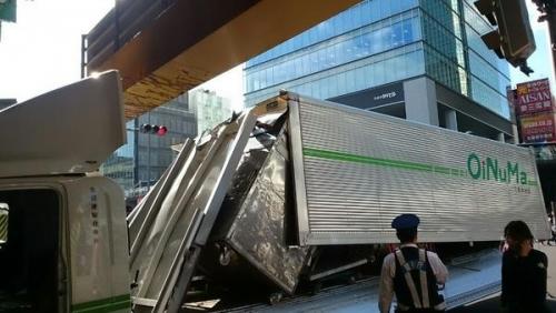 秋葉原・高架橋でトラックが突っ込む事故が発生! どう見ても通れないのにwww