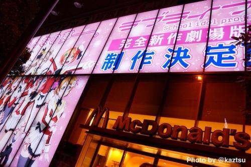 『ラブライブ!』劇場版公開をうけて聖地の神田明神にラブライバーが集結!ソフマップの壁面広告も劇場仕様