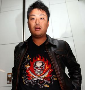 皮ジャケットを着用している村田修一