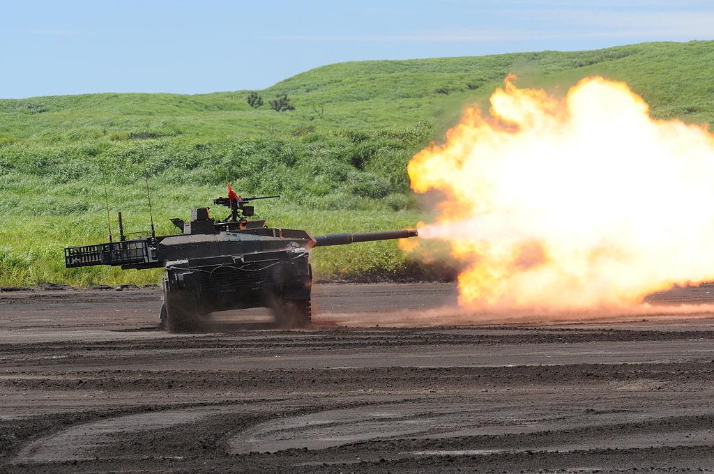 スラローム射撃を行う10式戦車