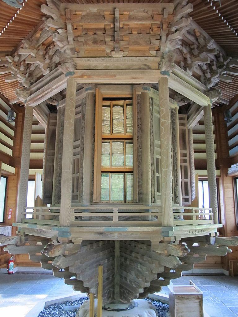 経蔵内にある「輪蔵」と呼ばれる回転式の書架