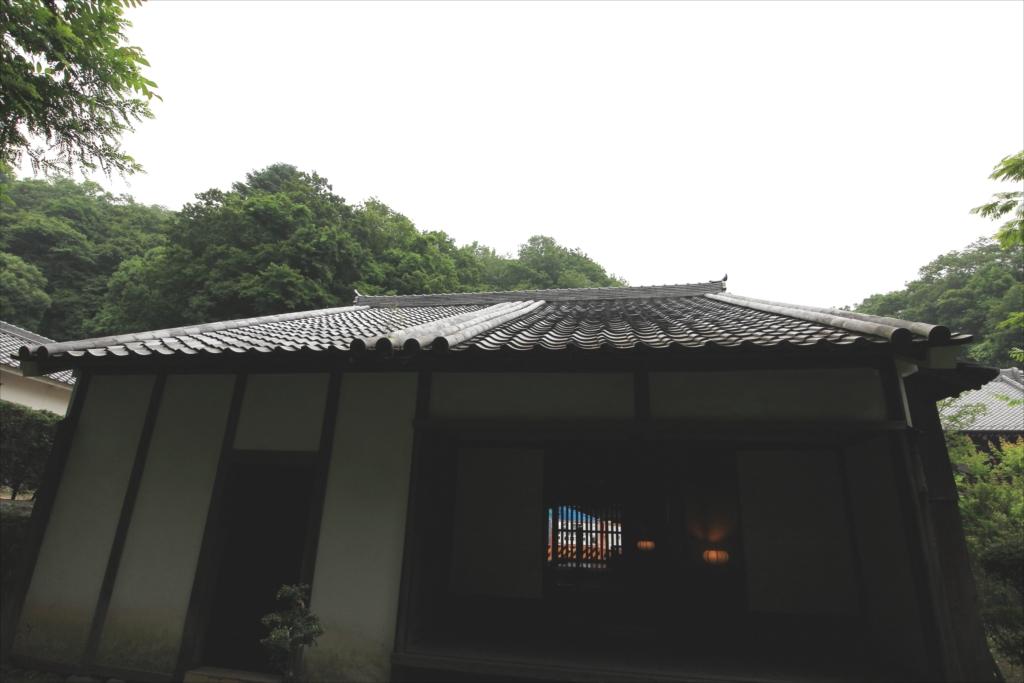 屋根は桟瓦で、一部に本瓦を使っている