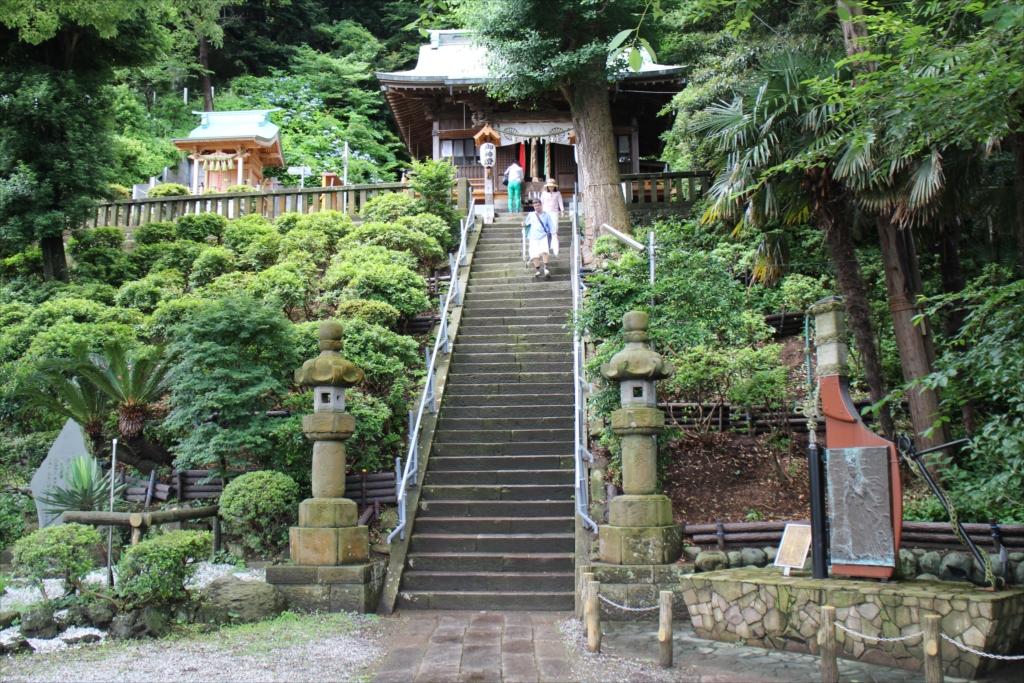 本殿に至る階段はかなり急である