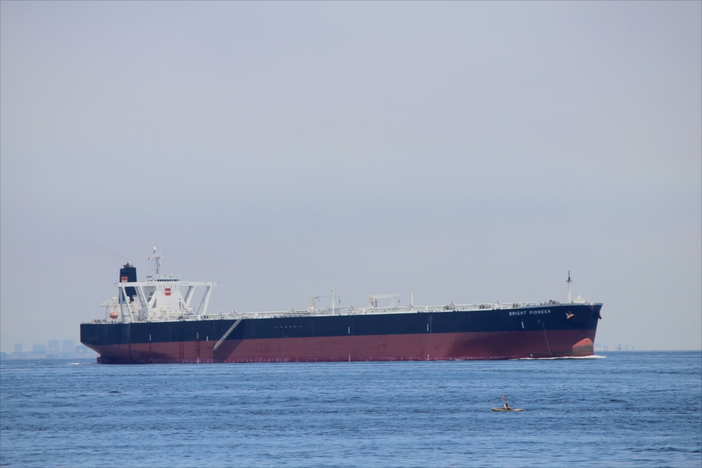 沖合には少し大きめのタンカーが_1
