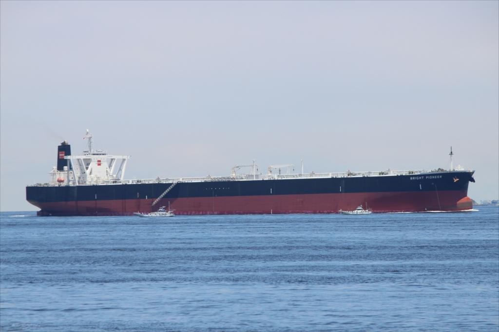 沖合には少し大きめのタンカーが_2