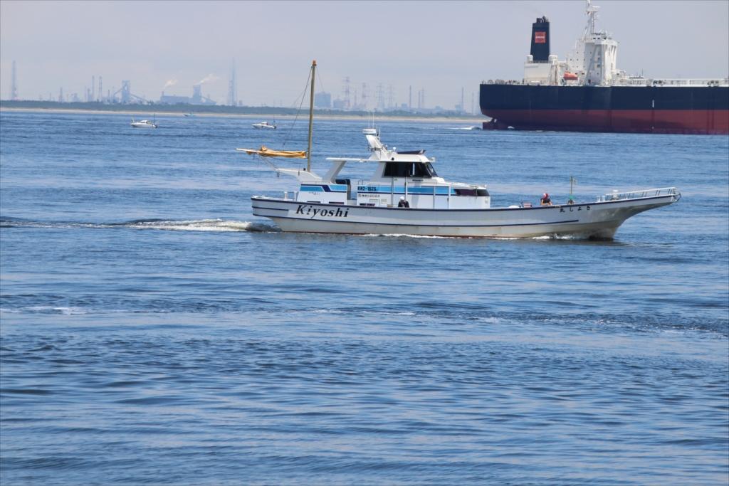 沖合には少し大きめのタンカーが_3