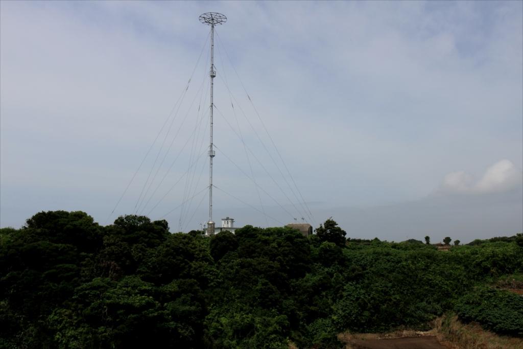 灯台への丘から先ほどの中波無線標識局を眺める_2
