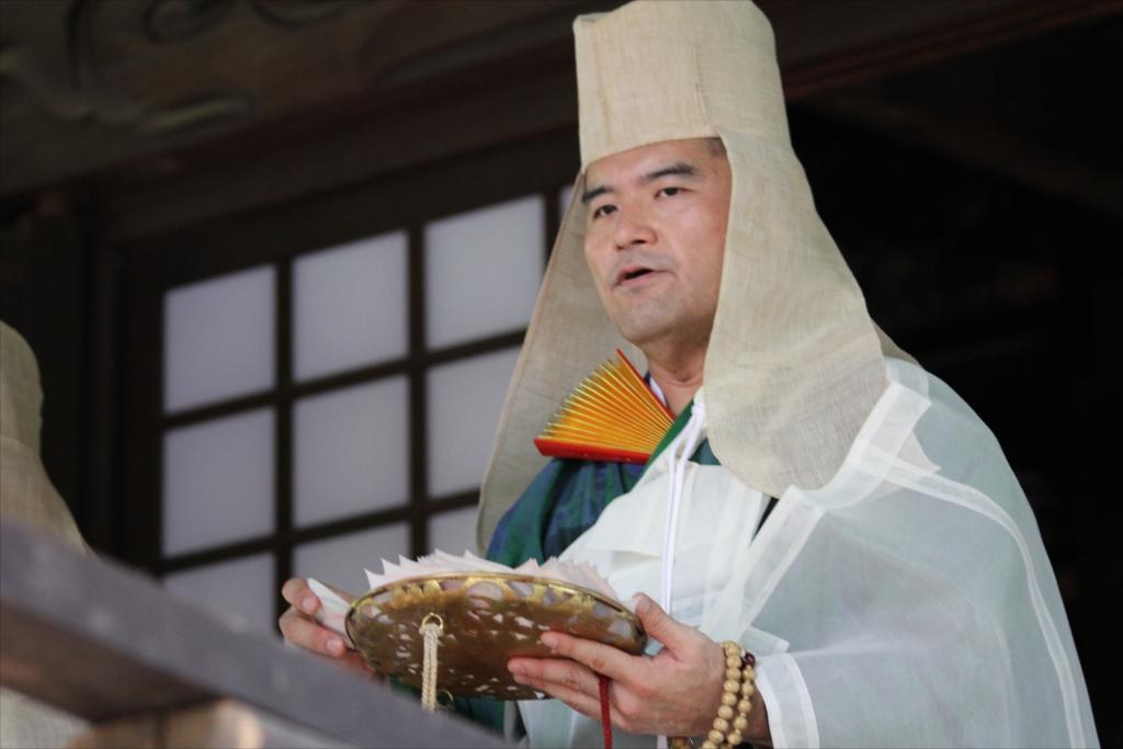 僧侶が仏を供養するため意味合いの散華(さんげ)を撒く_2