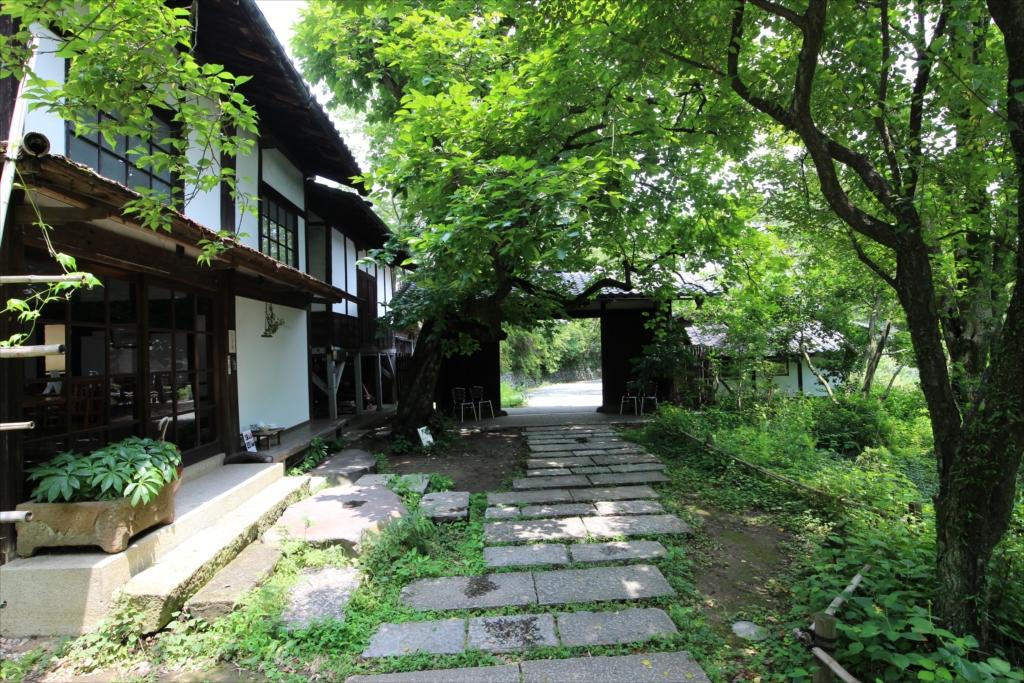 母屋からお茶処、第2ギャラリー、長屋門を眺める_1