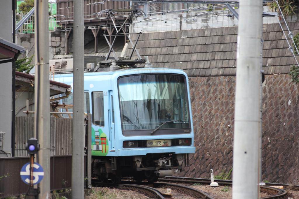 七里ヶ浜駅に停車しようとする江ノ電_8
