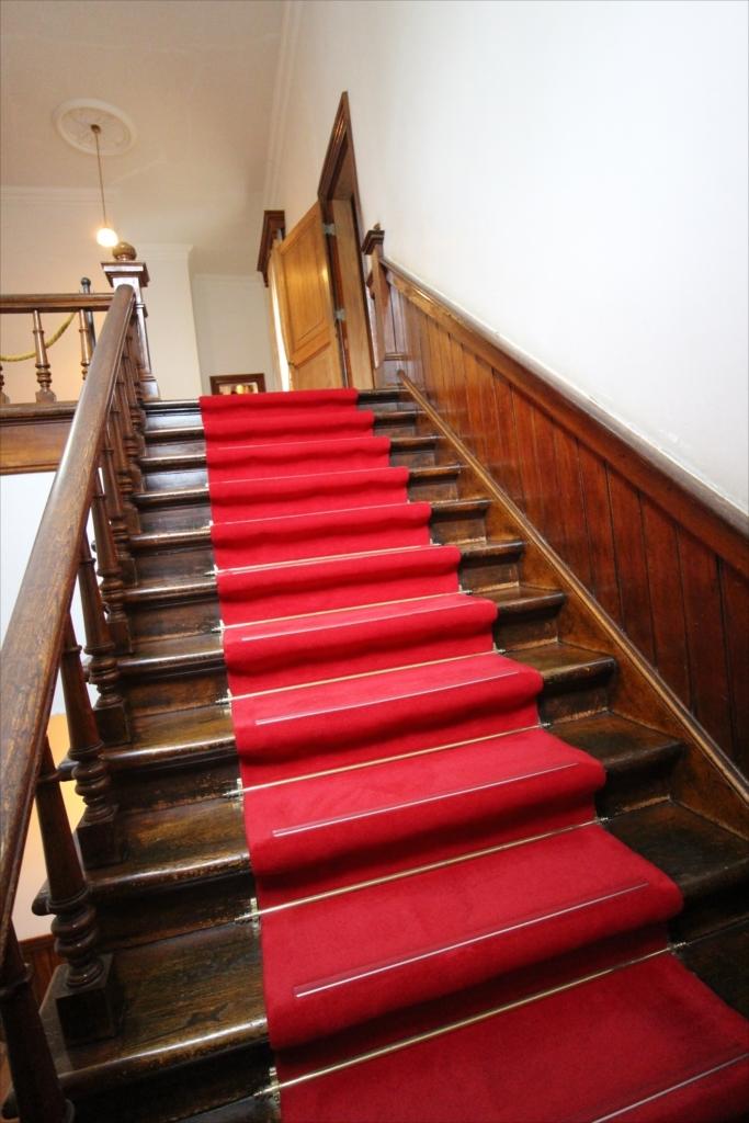 2階へ通じる階段_3