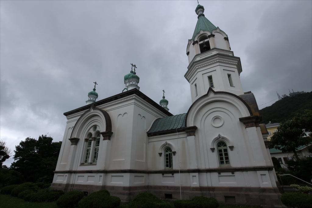 聖堂の上にある十字架は『八端十字架』と呼ばれるもの