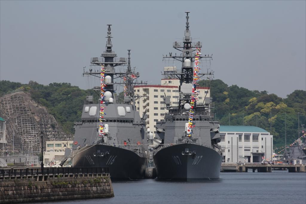 ずっと先には海上自衛隊の艦船が並ぶ_1