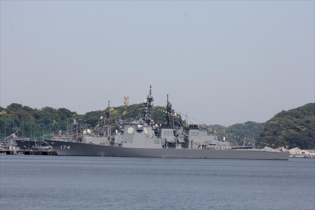 ずっと先には海上自衛隊の艦船が並ぶ_6
