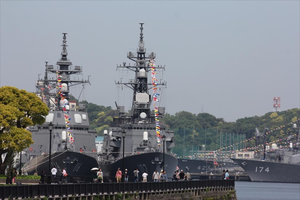 ずっと先には海上自衛隊の艦船が並ぶ_2