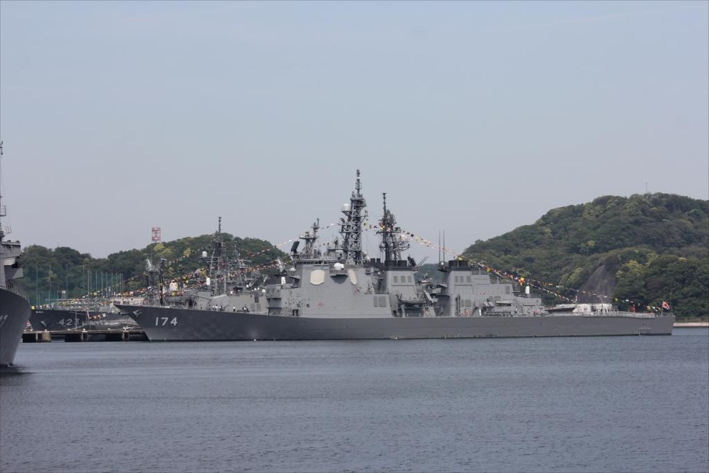 ずっと先には海上自衛隊の艦船が並ぶ_7