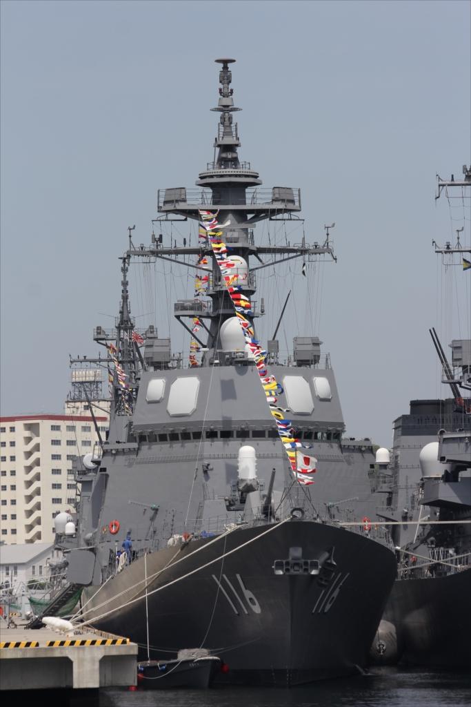 ずっと先には海上自衛隊の艦船が並ぶ_4