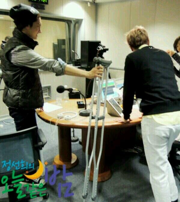 3月6日SBSラジオ放送中に隣でユノヒョンへ(松葉杖を)用意していたチャンミン