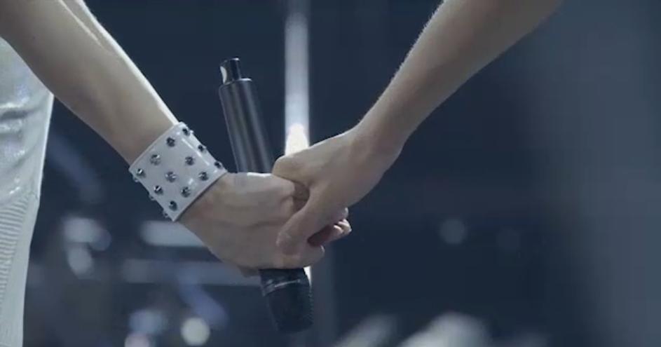ミンの手を握るユノの手がグッと力を入れた