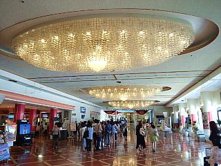 140531_2241宝塚大劇場エントランスホールの立見席券購入者の列