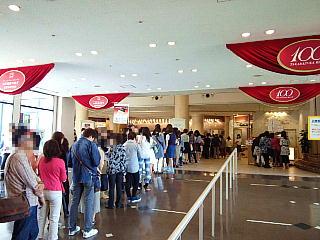 140531_2251宝塚大劇場出入り口・立ち見客の長蛇の列