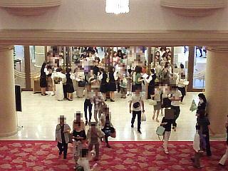 140531_2256宝塚大劇場内から改札口を望む