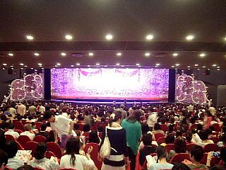 140531_2263宝塚大劇場内・2幕開演前の舞台wide