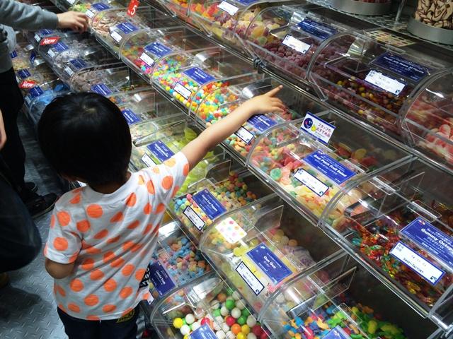 お菓子を選ぶ陸ちゃん