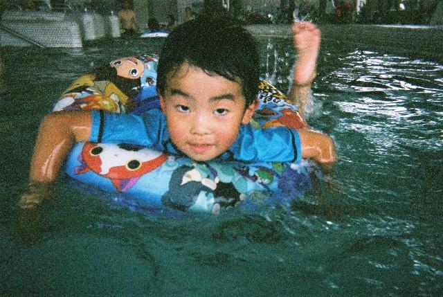 浮き輪で泳ぐりくちゃん