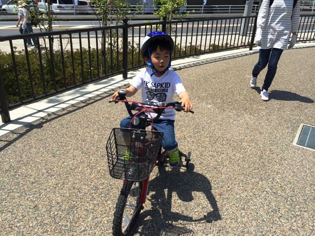 自転車練習をする陸ちゃん