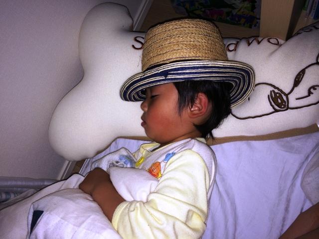 帽子をかぶって寝る陸ちゃん