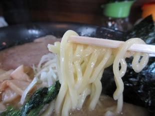 おくむらや横越 塩豚骨ラーメン 麺